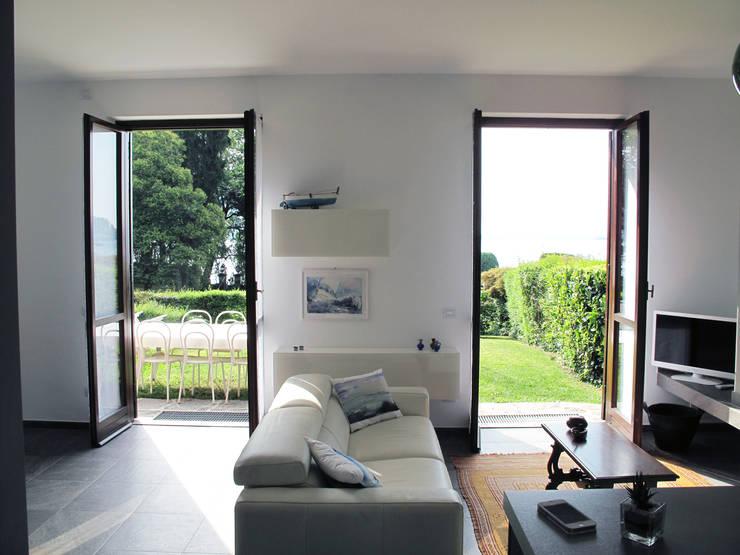 Villa Meina: Soggiorno in stile  di Matteo Verdoia Architetto