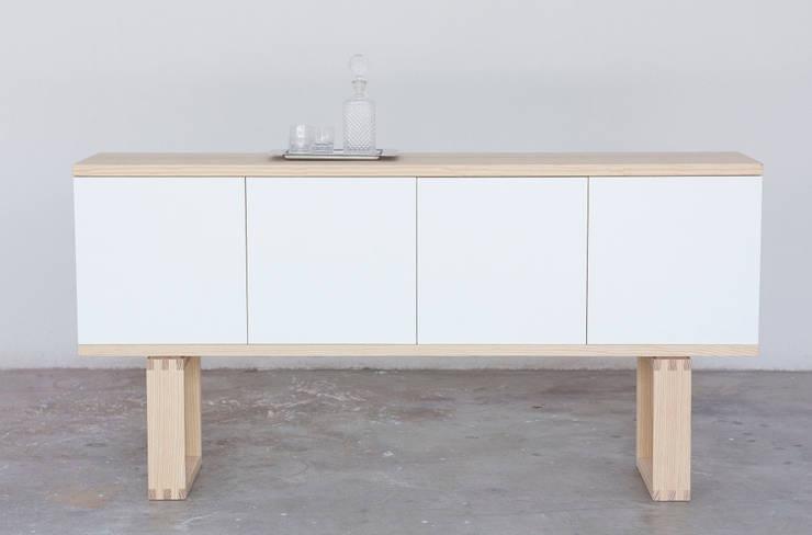 Credenza Incastro: Soggiorno in stile  di Design for Craft and Industry