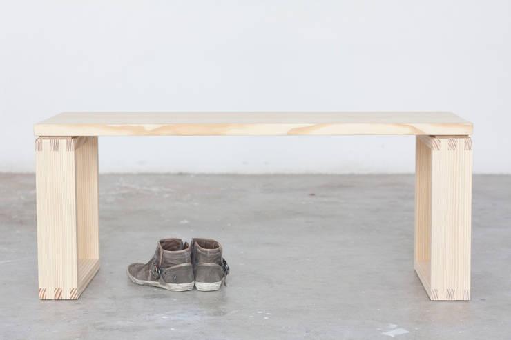 Panca Incastro: Soggiorno in stile  di Design for Craft and Industry