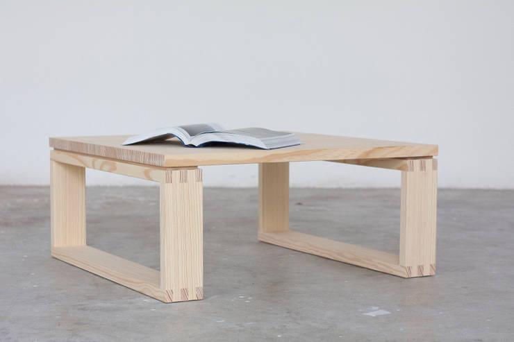 Tavolino Incastro: Soggiorno in stile  di Design for Craft and Industry