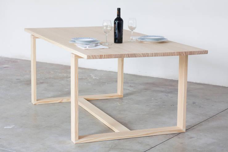 Tavolo Incastro: Soggiorno in stile  di Design for Craft and Industry