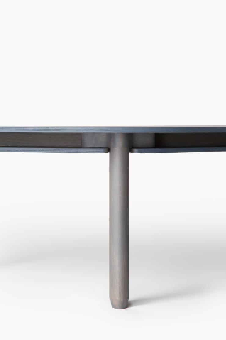 strat tables: Salon de style  par Normal Studio