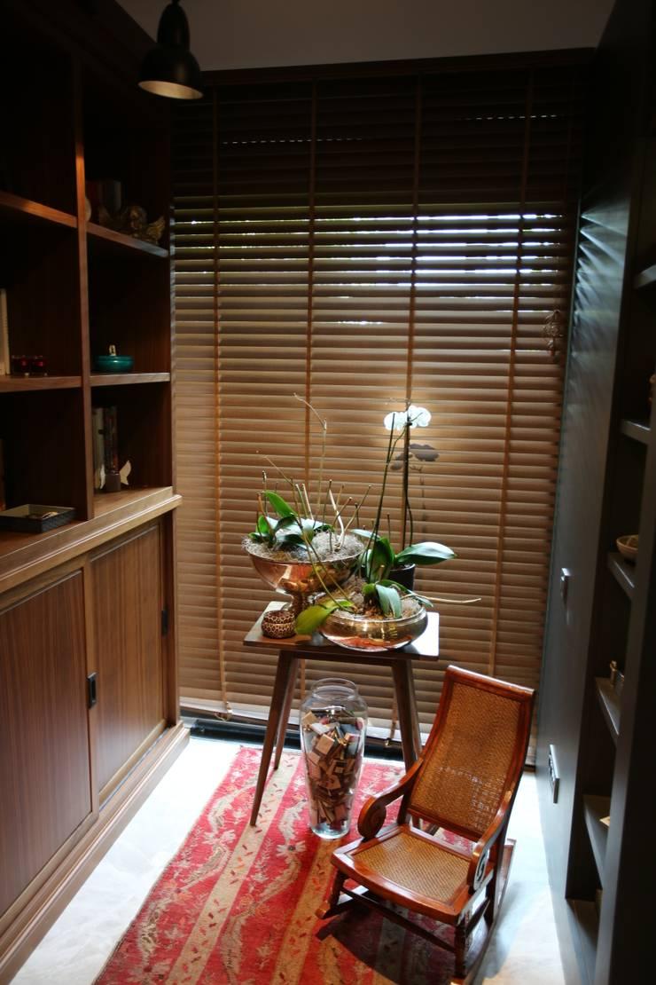 ABE HOUSE:  Living room by Esra Kazmirci Mimarlik