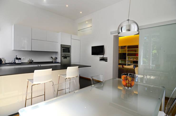 Una casa conteporanea nella Milano dei palazzi storici: Cucina in stile in stile Moderno di architetto Marta Silvia Mia Pasquini