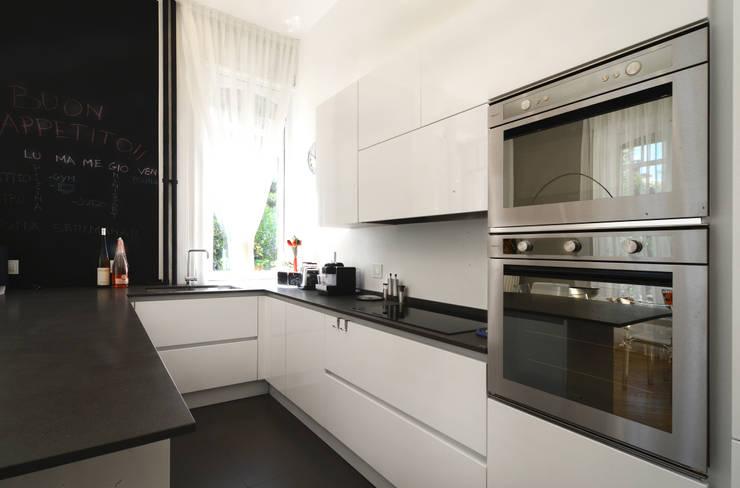 Kitchen by architetto Marta Silvia Mia Pasquini, Modern