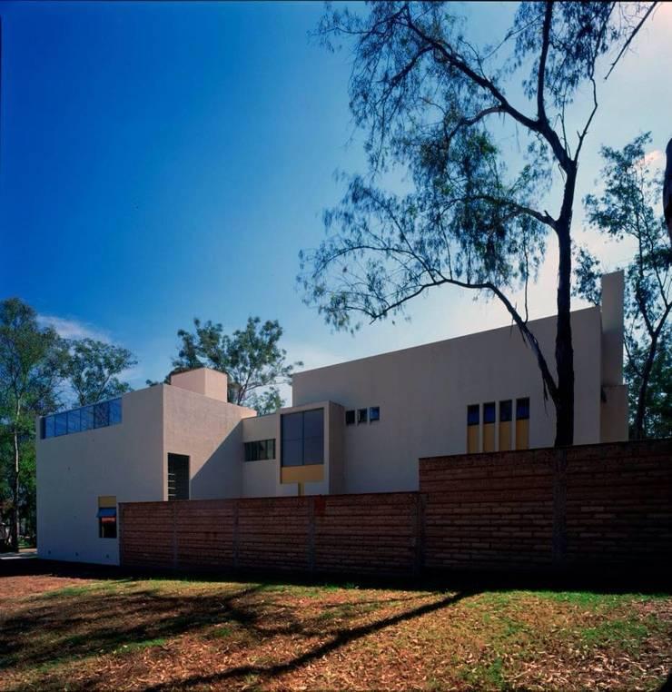 fachada norte: Casas de estilo  por Taller Luis Esquinca