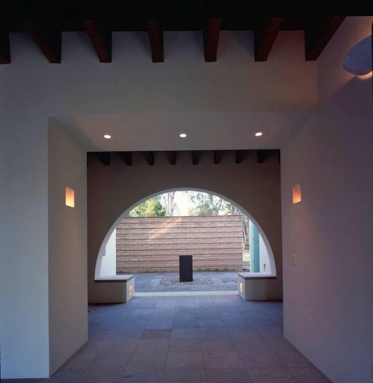 vestíbulo principal exterior: Terrazas de estilo  por Taller Luis Esquinca