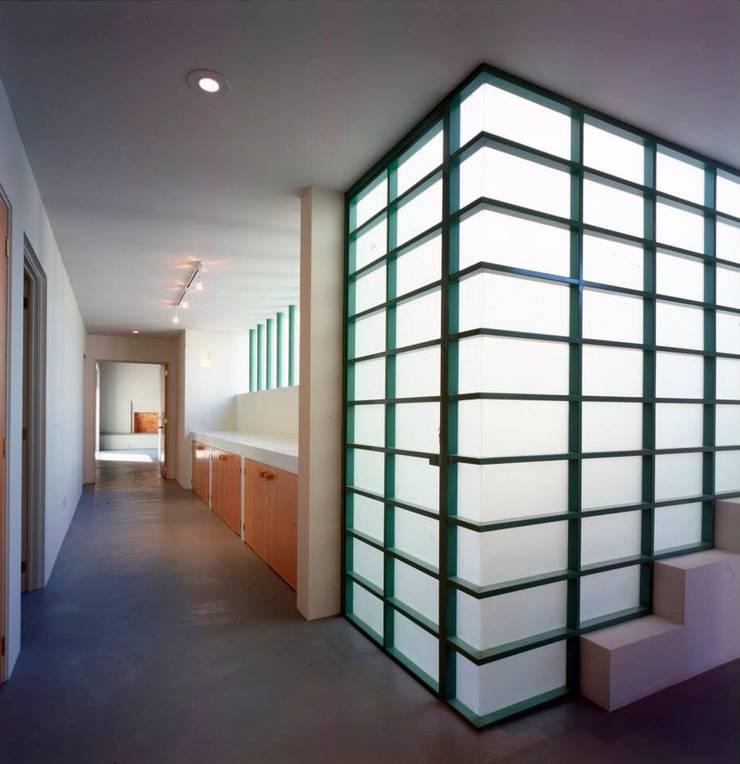 planta alta y escaleras hacia azoteas: Pasillos y recibidores de estilo  por Taller Luis Esquinca