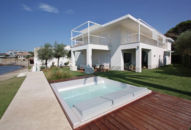 villa unifamiliare sulla costa laziale: Cucina in stile  di Franco Bernardini Architetto