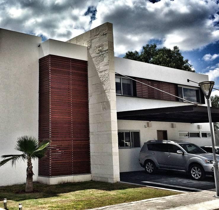 Casa Jurica: Casas de estilo  por REM Arquitectos