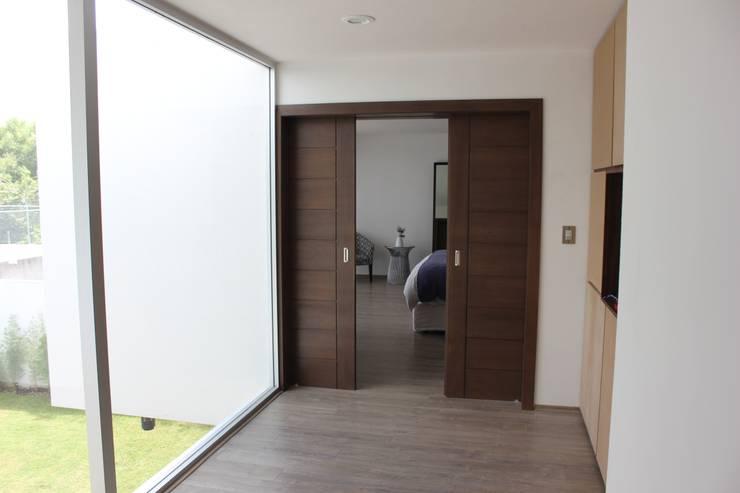 Casa Jurica: Recámaras de estilo  por REM Arquitectos