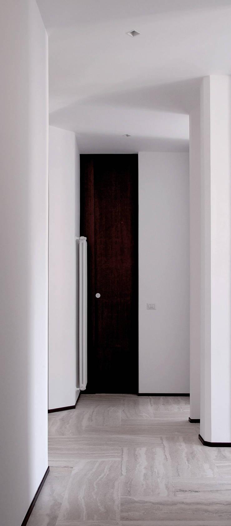 Casa U: Ingresso & Corridoio in stile  di Sergio Prozzillo Ass.ti,