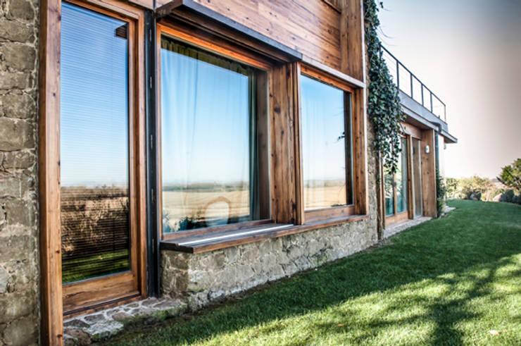 Casa del Baix Emporda 1: Puertas y ventanas de estilo  de fuusta