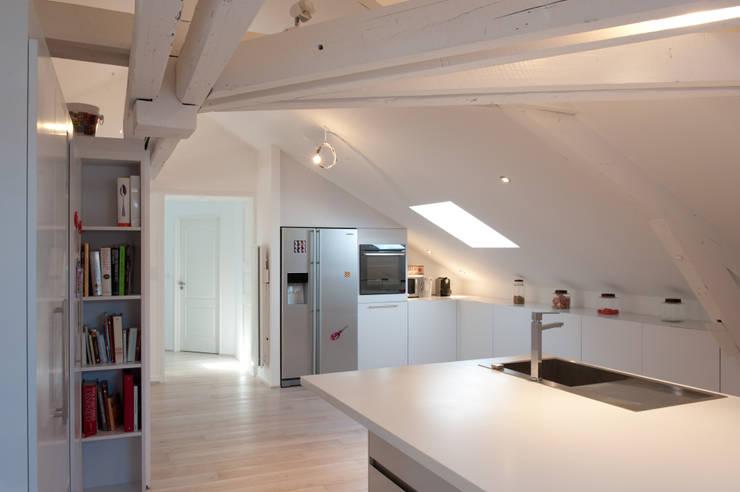 Loft sous combles: Maisons de style  par Agence d'architecture intérieure Laurence Faure