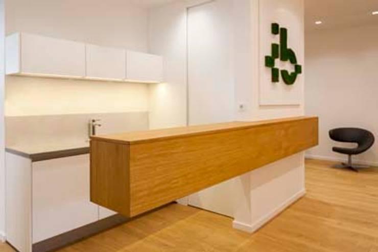 """Teeküche mit """"schwebender Bar"""":  Bürogebäude von armbruster innenarchitektur,"""