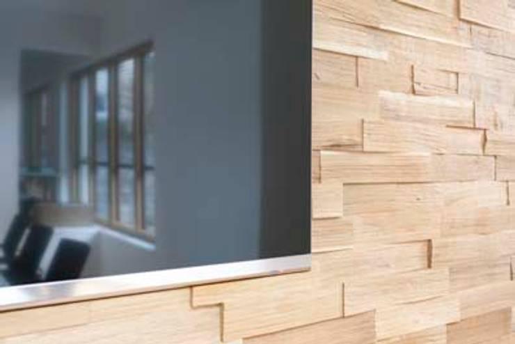 TV-Rückwand aus Spaltholz:  Bürogebäude von armbruster innenarchitektur,