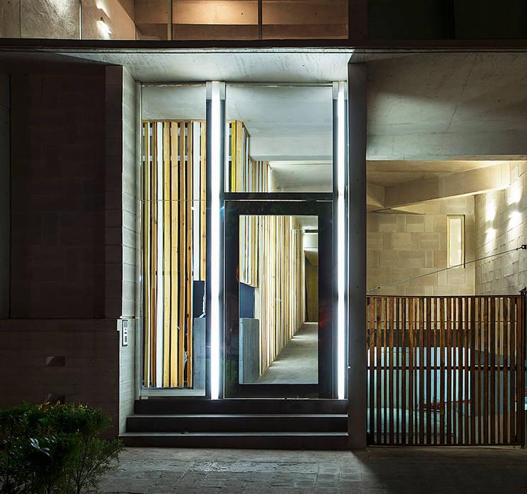 Vista Acceso Noche: Casas de estilo  por MOCAA,