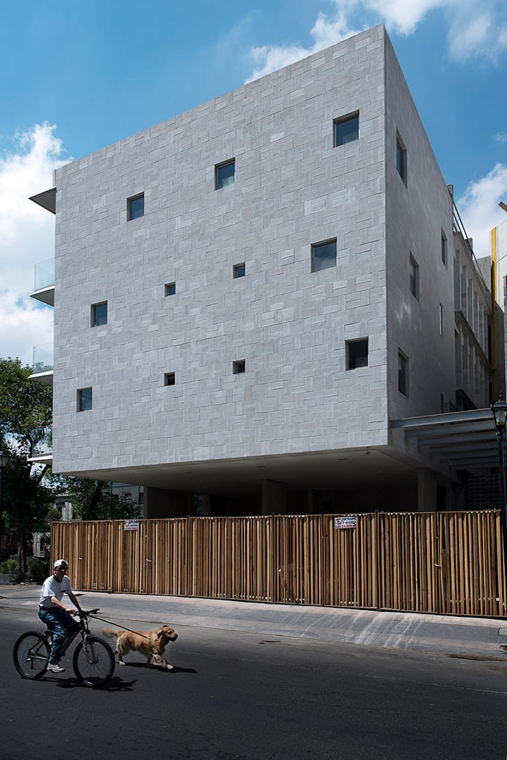 Vista Fachada Norte: Casas de estilo  por MOCAA,