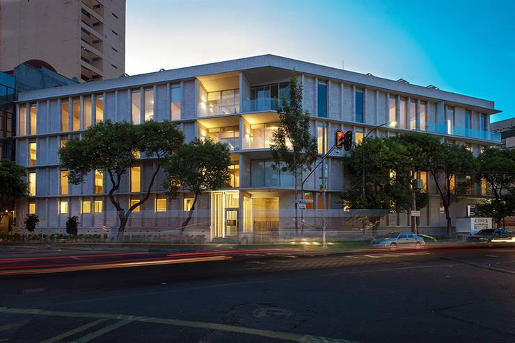 Vista de noche: Casas de estilo  por MOCAA,