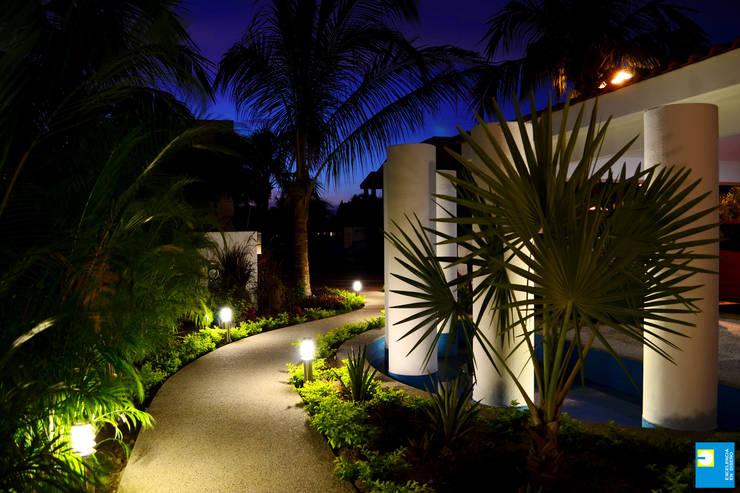 el ingreso: Casas de estilo moderno por Excelencia en Diseño