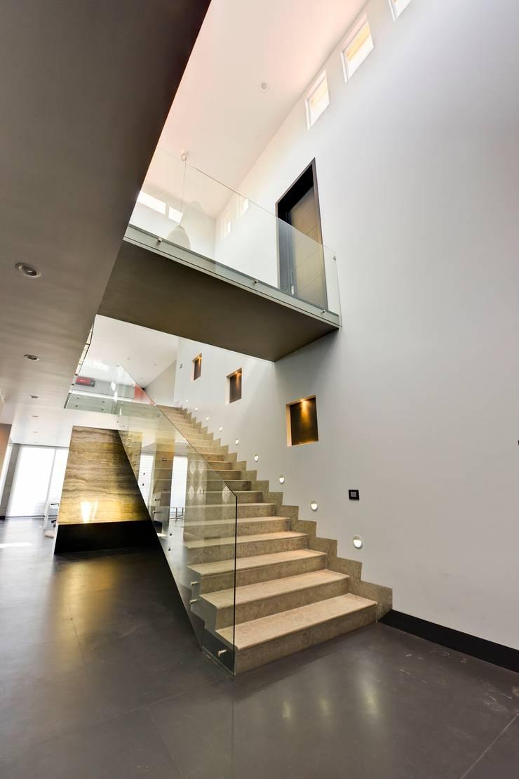 Puente interior.: Pasillos y recibidores de estilo  por Excelencia en Diseño