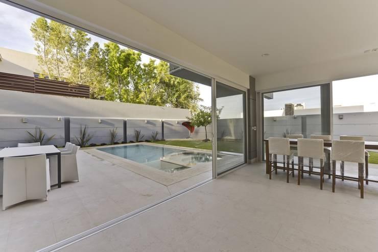 terraza: Terrazas de estilo  por Excelencia en Diseño