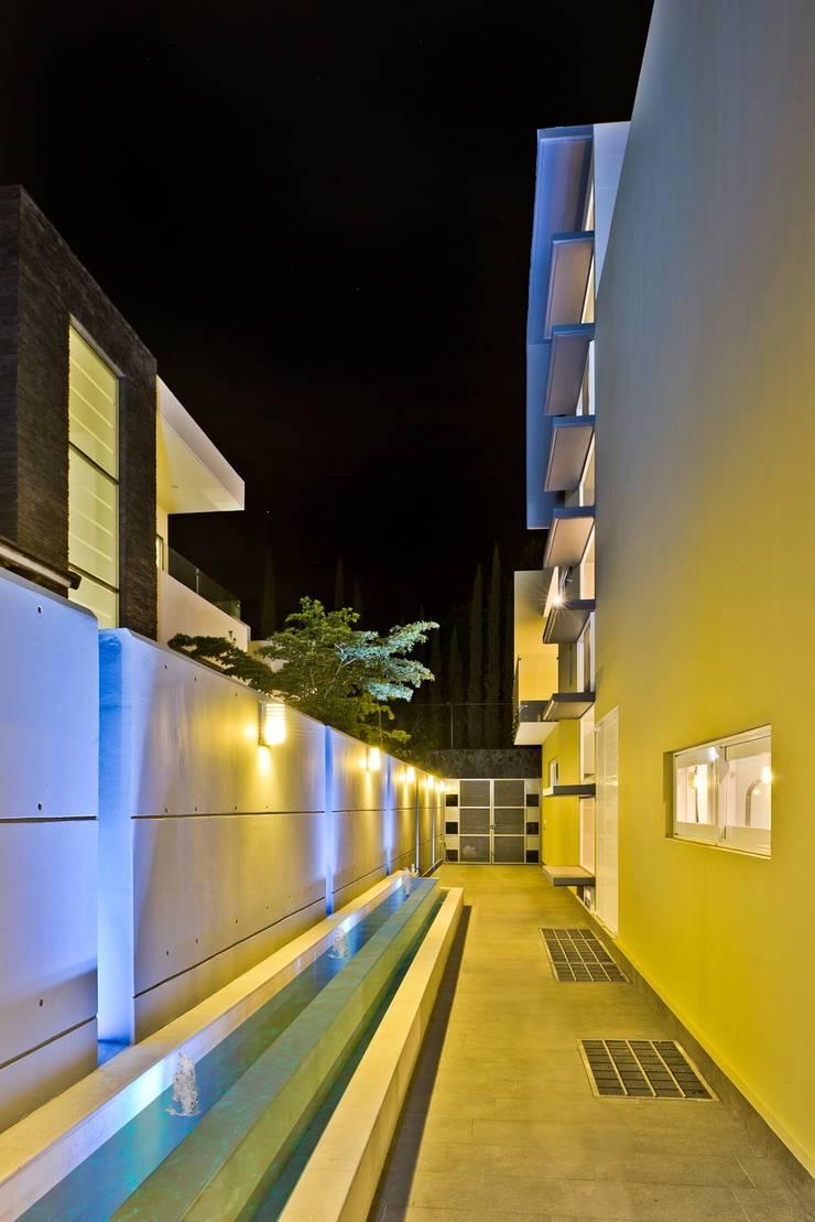 pasillos: Casas de estilo  por Excelencia en Diseño