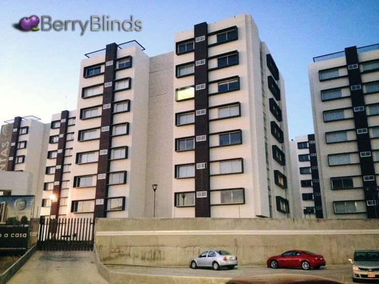 PLATINO PACHUCA: Puertas y ventanas de estilo  por BERRY BLINDS INTERIORISMO