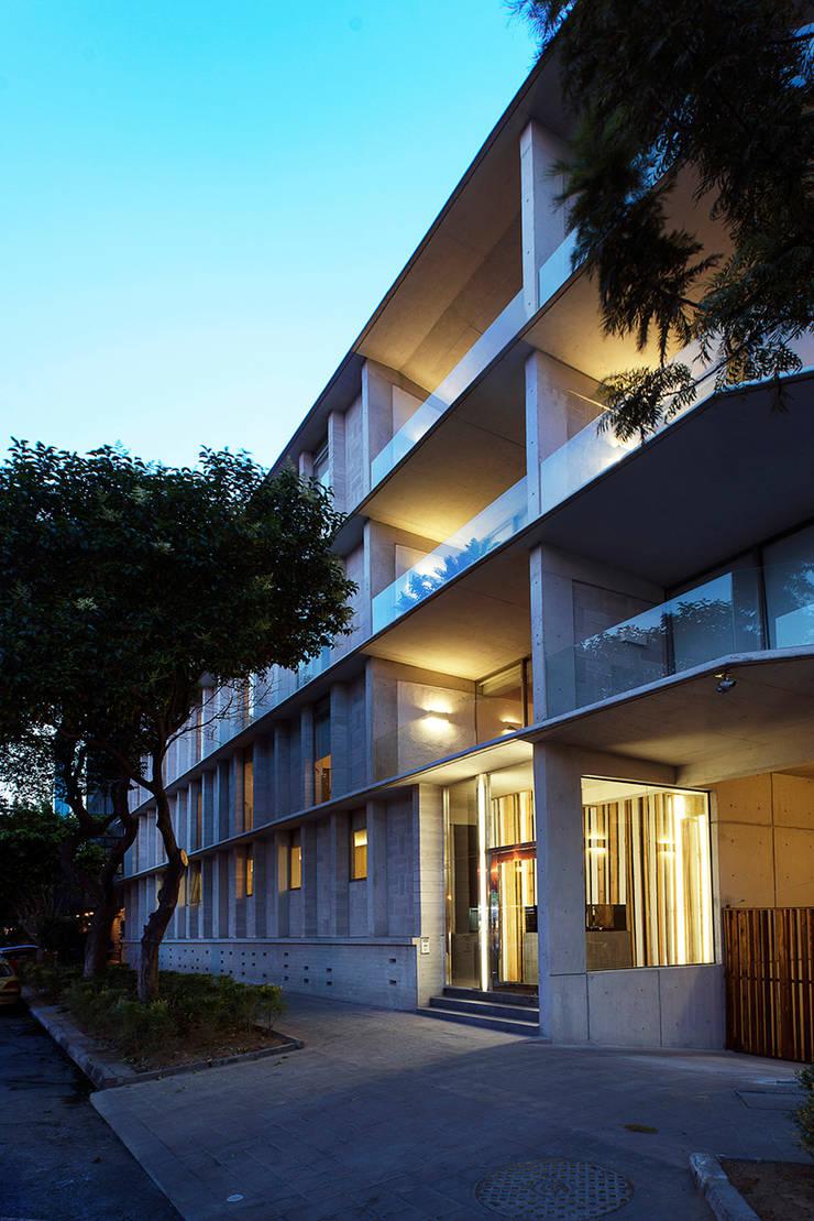 Fachada Este: Casas de estilo  por MOCAA,
