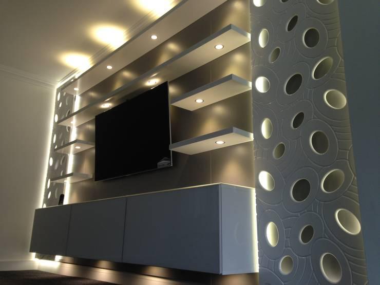 Bespoke TV unit:  Living room by Sliding Wardrobes World Ltd