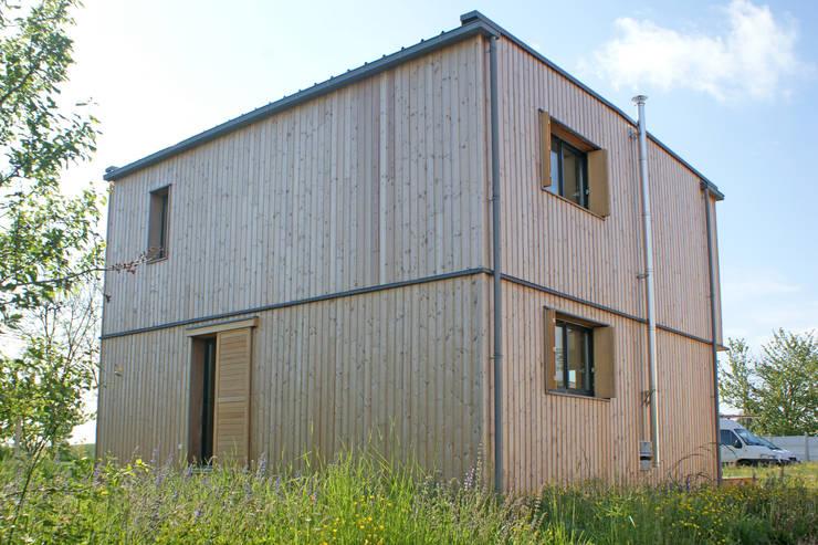 Vue du nord ouest: Maisons de style  par ABA - Architecture Bioclimatique Auvergne