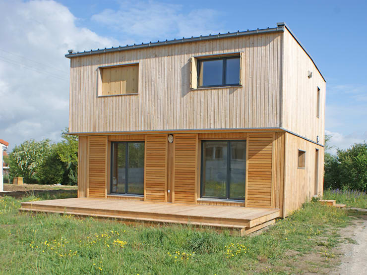 Vue du sud est: Maisons de style  par ABA - Architecture Bioclimatique Auvergne