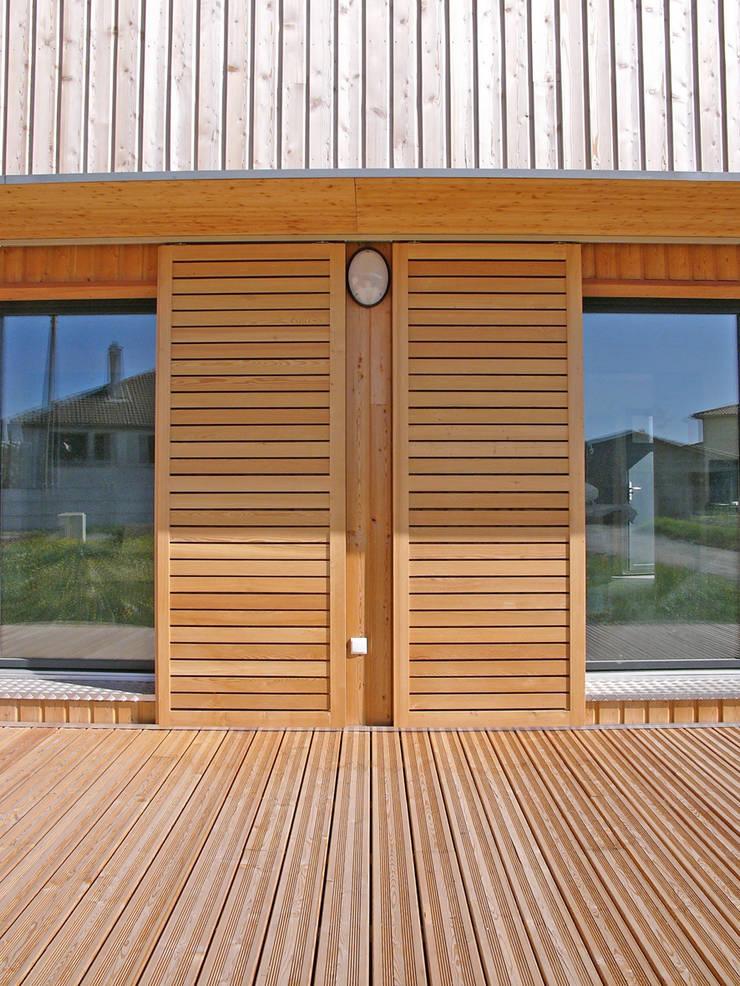 Volets coulissants en façade sud (détail): Maisons de style  par ABA - Architecture Bioclimatique Auvergne