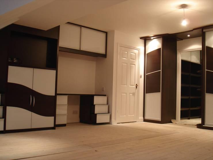 Chocolate wave sliding wardrobe doors:  Bedroom by Sliding Wardrobes World Ltd
