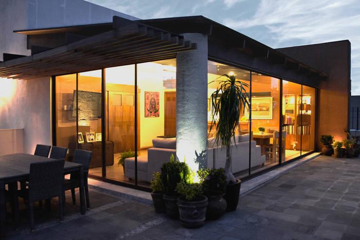 P.H. Bosque de Tejocotes.: Terrazas de estilo  por REM Arquitectos