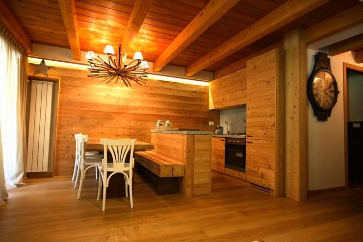 casa in montagna: Cucina in stile in stile Rustico di studio di architettura e design seregno