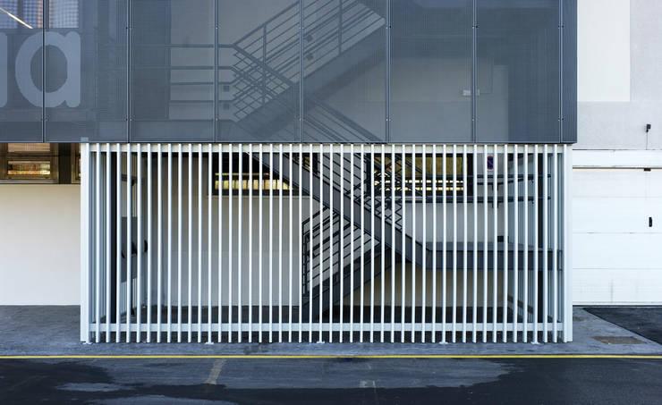 Detalle escalera exterior:  de estilo  de G&C ARQUITECTOS