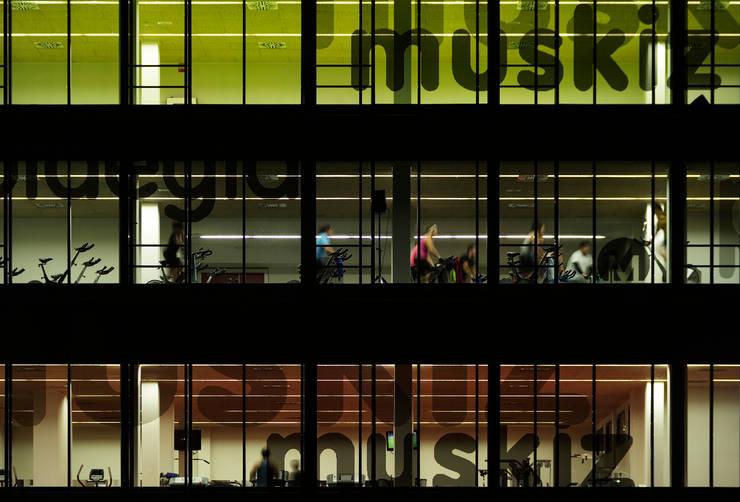 Detalle fachada iluminación nocturna :  de estilo  de G&C ARQUITECTOS