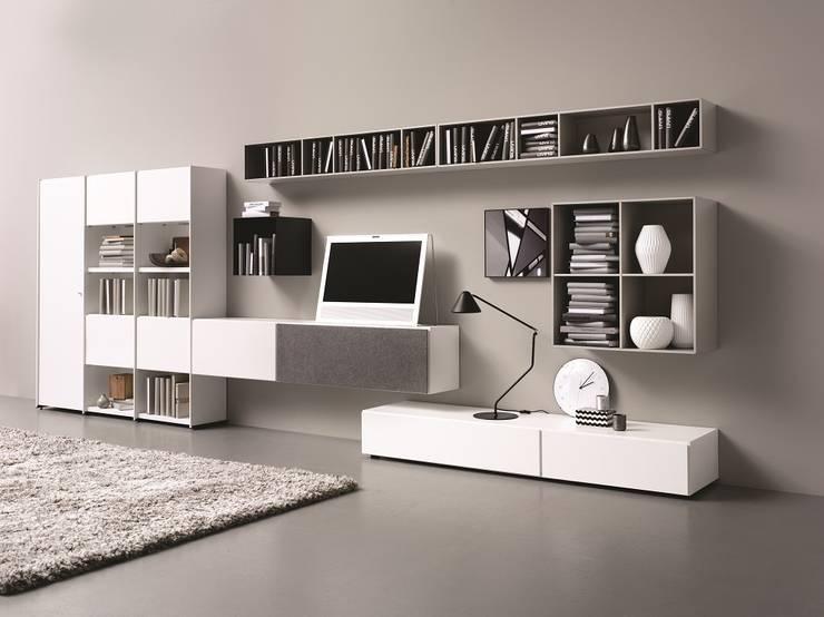Lugano Wohnwand: moderne Wohnzimmer von BoConcept Germany GmbH