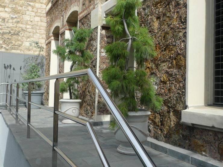 Jardin urbain:  de style  par les fleurs du bien