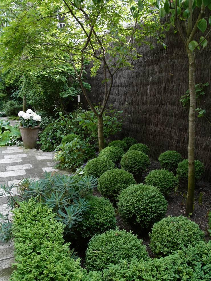 Jardin romantique:  de style  par les fleurs du bien