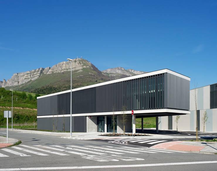 Edificio oficinas vista general:  de estilo  de G&C ARQUITECTOS