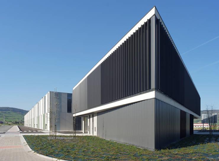 Detalle fachada lamas orientables:  de estilo  de G&C ARQUITECTOS