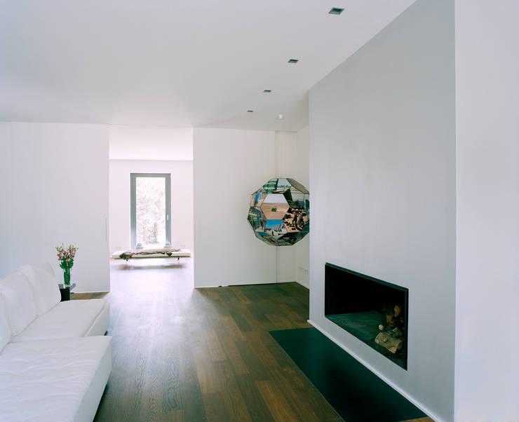 Villa in Berlin - Dahlem:  Wohnzimmer von C95 ARCHITEKTEN
