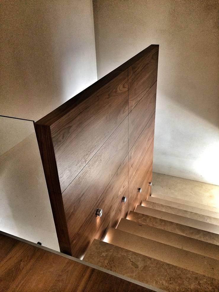 Casa Secreto: Vestíbulos, pasillos y escaleras de estilo  por REM Arquitectos