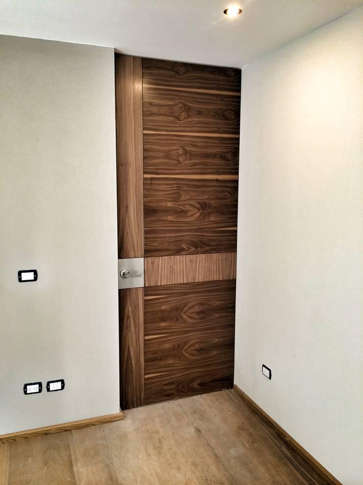Casa Secreto: Puertas y ventanas de estilo  por REM Arquitectos