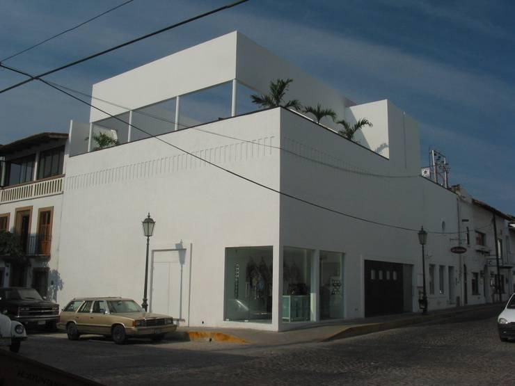Fachada de la esquina: Bares y discotecas de estilo  por Taller Luis Esquinca