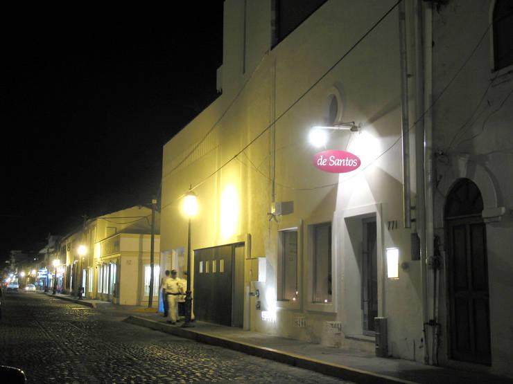 Fachada por calle Hidalgo, que incluye el restaurante preexistente: Bares y discotecas de estilo  por Taller Luis Esquinca