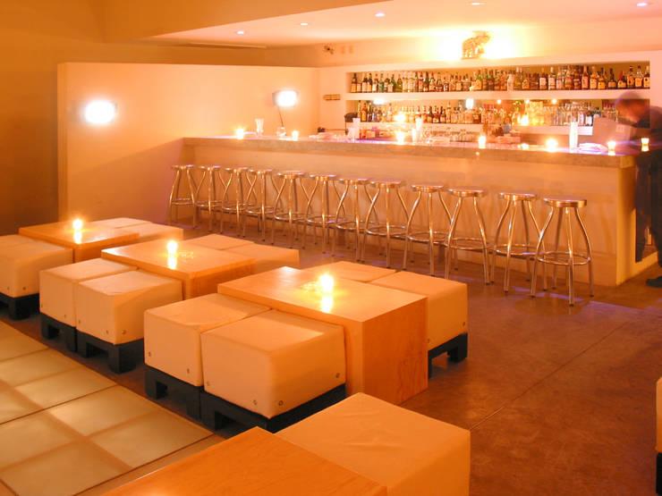 Interior de la Disco, vista de la barra: Bares y discotecas de estilo  por Taller Luis Esquinca