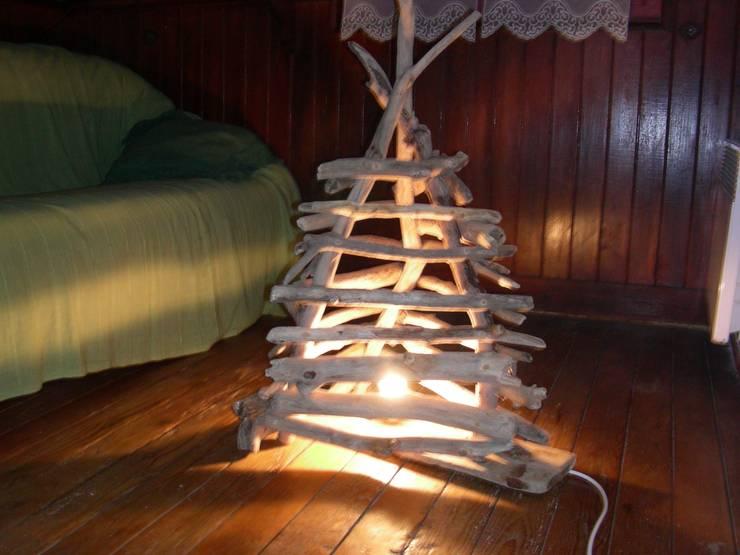 lampe pyramide: Salon de style de style eclectique par Bois flotté de Gibus